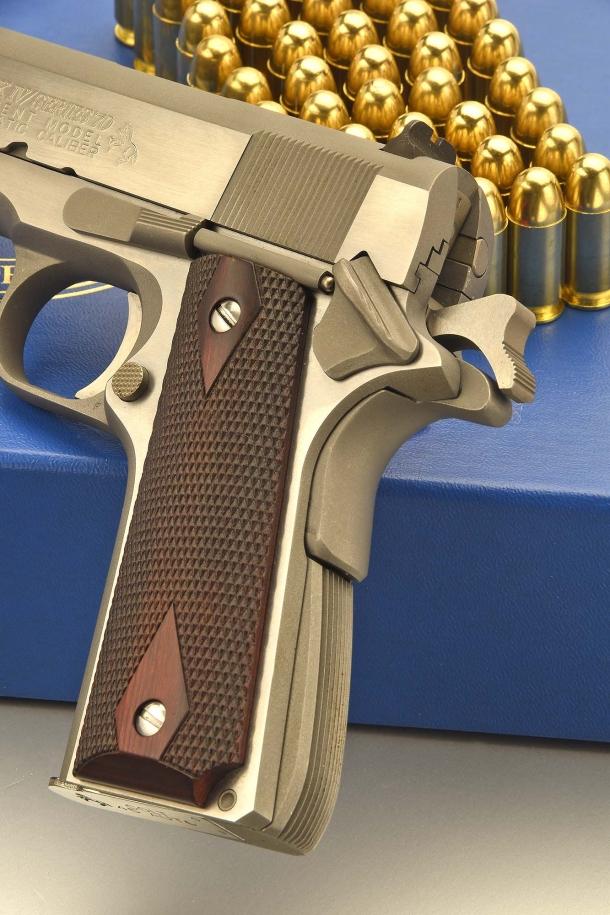 Tutti i comandi si trovano sul lato sinistro dell'arma