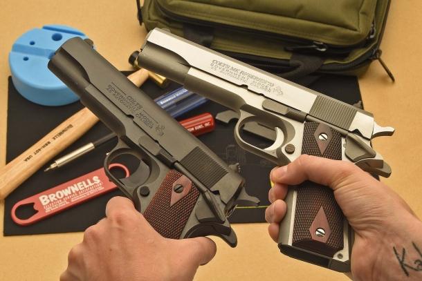 A sinistra una Colt 1911 Serie 80, a destra la Mark IV Serie 70 oggetto di questo articolo