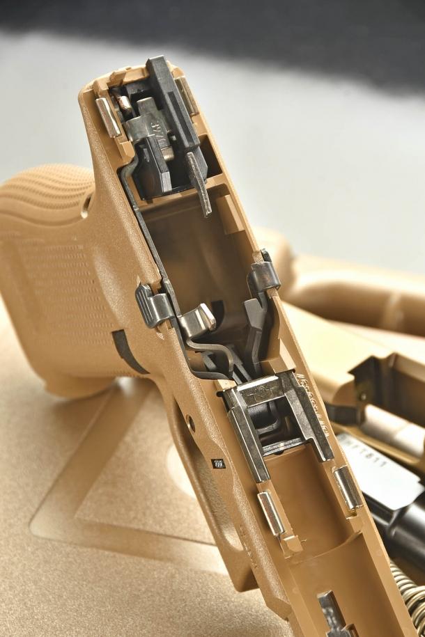 Nel fusto è visibile il pacchetto di scatto modificato: lavorando per compressione, la molla del grilletto ha una durata operativa ulteriormente prolungata.