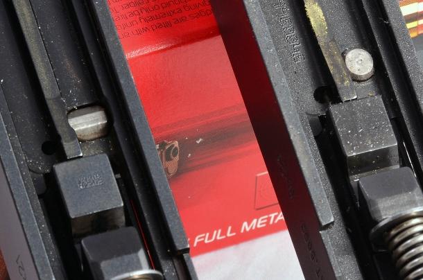 la Glock G19 Gen5 a sinistra ha il barilotto della sicura al percussore conformato in maniera da migliorare lo scorrimento della leva di collegamento e di conseguenza lo scatto