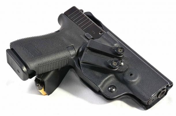 la leva bilaterale non da particolari problemi quando si inserisce l'arma in fondine dedicate a modelli precedenti. in questo caso una fondina Radar inside modificata per la Glock G19