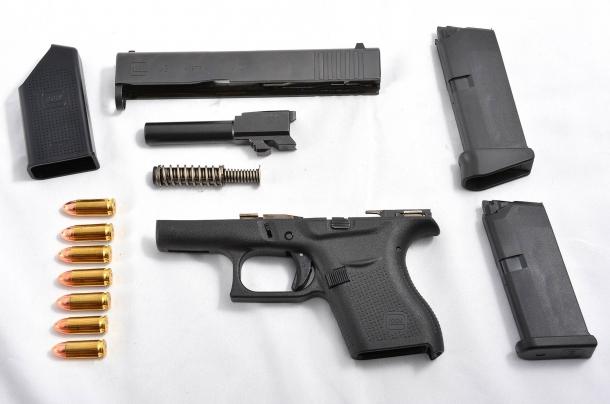 La Glock G43 in smontaggio ordinario. Ho volutamente fotografato 7 cartucce, inclusa quella che può essere portata pronta in canna