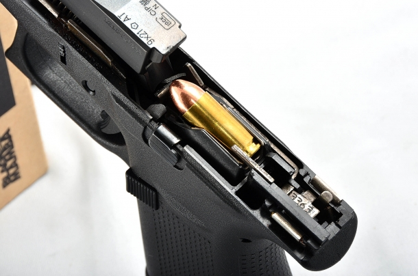 La presentazione della cartuccia, in asse con la canna, favorisce l'alimentazione durante il tiro
