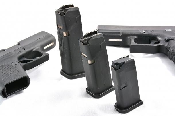 I caricatori delle tre sorelle. In alcuni paesi la riduzione dei colpi voluta da particolari imposizioni legali, limita il divario di capacità di fuoco della Glock G43 che ha un caricatore da 6 cartucce