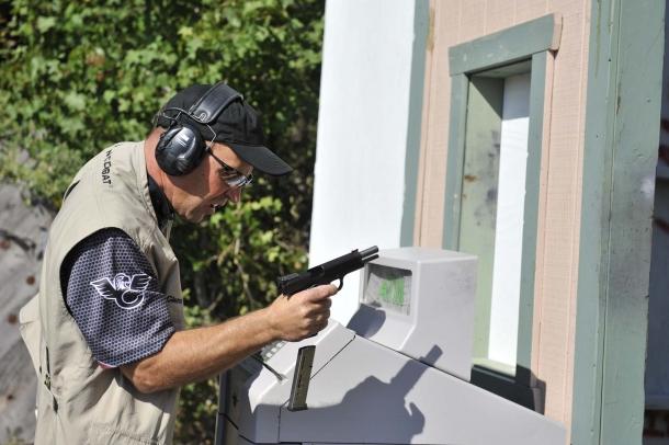 Equipaggiamenti e armi destinati o concepiti per il solo uso sportivo non sono permessi in questa disciplina di tiro
