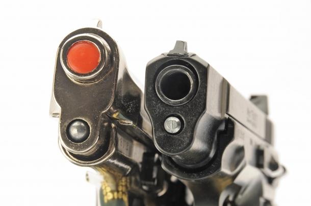 Canna chiusa e tappo rosso: è una pistola a salve di tipo Top Firing. Canna aperta, con filettatura in volata: è una pistola da segnalazione, di tipo Front Firing (in Italia considerata arma comune a tutti gli effetti)