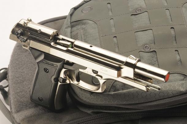 Pistole semiautomatiche, nell'aspetto e nel funzionamento, ma a salve