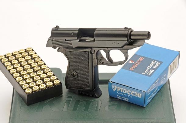 Per quanto in tutto simili a pistole vere, non bisogna dimenticare che si tratta di armi a salve!