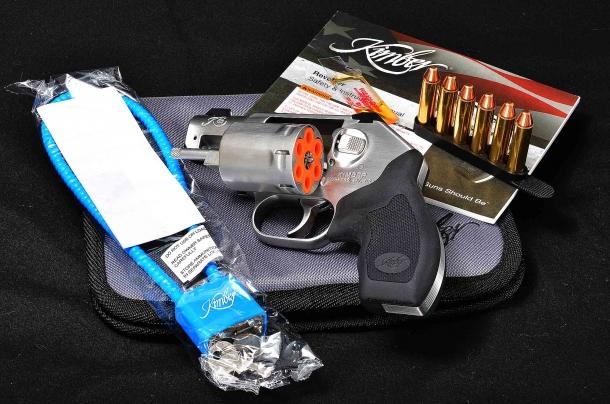 la dotazione del revolver Kimber K6s comprende manuale, olio, contenitore in gomma per cartucce, avviso di tamburo vuoto, lucchetto di sicurezza e custodia in cordura