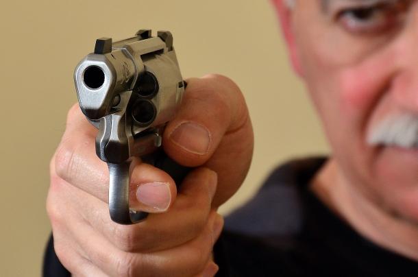 le armi di piccole dimensioni e con canna corta, fanno preferire il tiro a una mano, visto anche le ipotetiche distanze difensive entro le quali sono impiegate