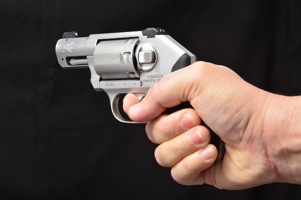il revolver impugnato da una mano di dimensioni ragguardevoli mostra le sue dimensioni ridotte