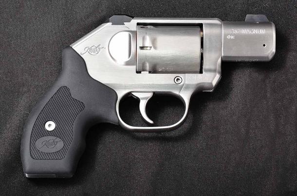 il lato destro del revolver Kimber K6s. si nota la vite Allen che tiene in sede la cartella laterale
