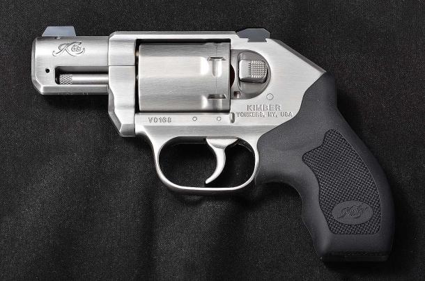 il lato sinistro del revolver Kimber K6s. si nota il pulsante d'apertura dalla particolare forma rettangolare.