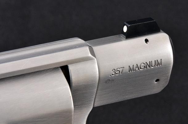 il mirino nero opaco, riportato sulla struttura del revolver, è tenuto in sede tramite una spina. in basso la spina che tiene in sede l'elemento elastico che blocca l'alberino di rotazione