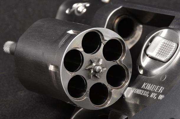il tamburo porta sei colpi, un'autonomia di fuoco simile a quella delle pistole subcompact, sufficiente a risolvere qualsiasi situazione
