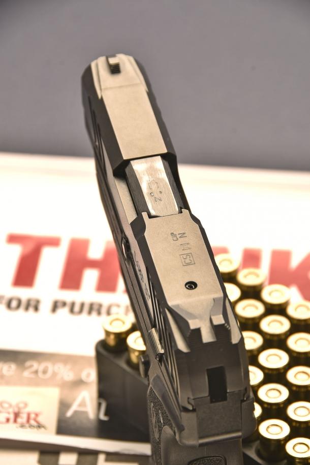 rispetto al primo modello, la Ruger LCP II  calibro .380 ACP, ha una tacca di mira maggiorata, con zigrinature antiriflesso