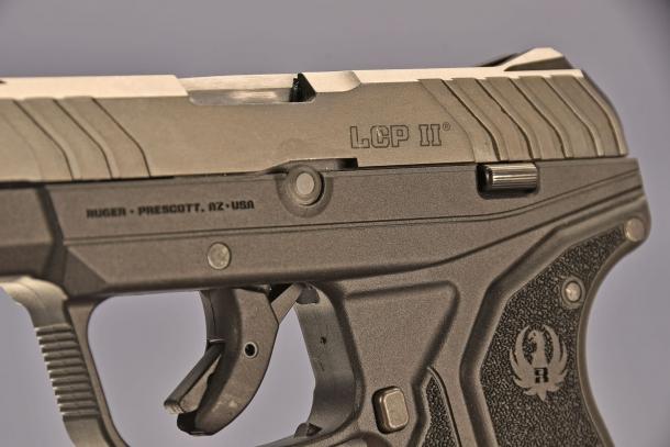le dimensioni della Ruger LCP II  calibro .380 ACP, permettono di raggiungere facilmente i comandi dell'arma