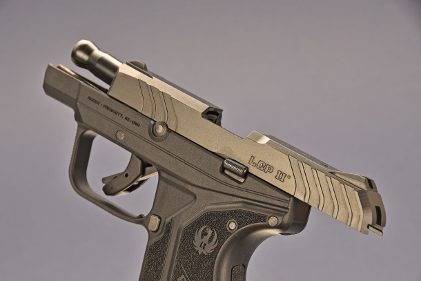 la Ruger LCP II  calibro .380 ACP bloccata in apertura. a differenza del primo modello ora la leva old open funziona anche da avviso arma scarica