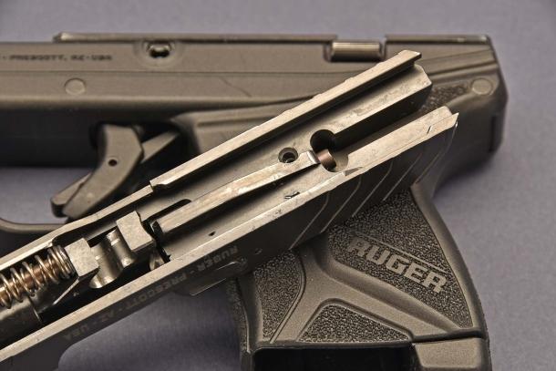 la Ruger LCP II  calibro .380 ACP, è priva della sicura al percussore ma è stata dotata di quella automatica al grilletto