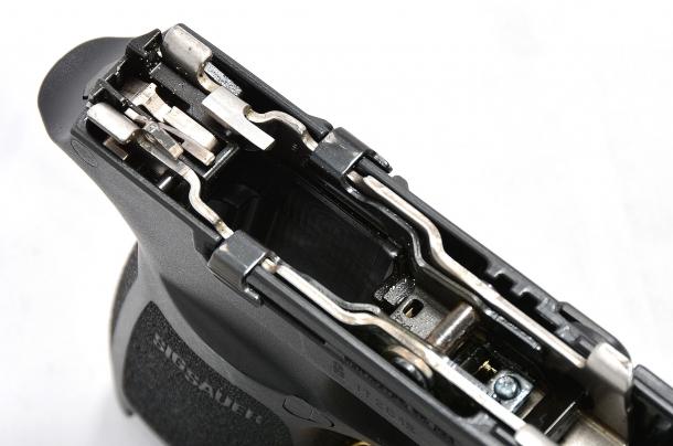 il guscio che racchiude il meccanismo di scatto della Sig Sauer P320 calibro 9mm è facilmente asportabile per la sostituzione del fusto. estraendolo non c'è pericolo che saltino via le varie parti