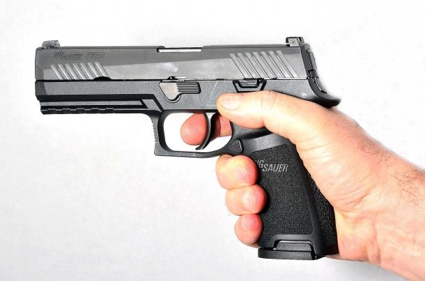 è una full size ma la pistola Sig Sauer P320 calibro 9mm può essere  agevolmente impugnata anche da mani di medie dimensioni