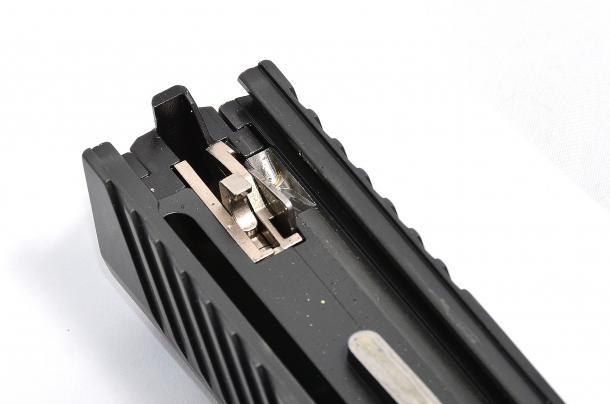 nella foto si nota l'appendice del percussore lanciato che ad arma montata va a contrastare con un elemento del pacchetto di scatto