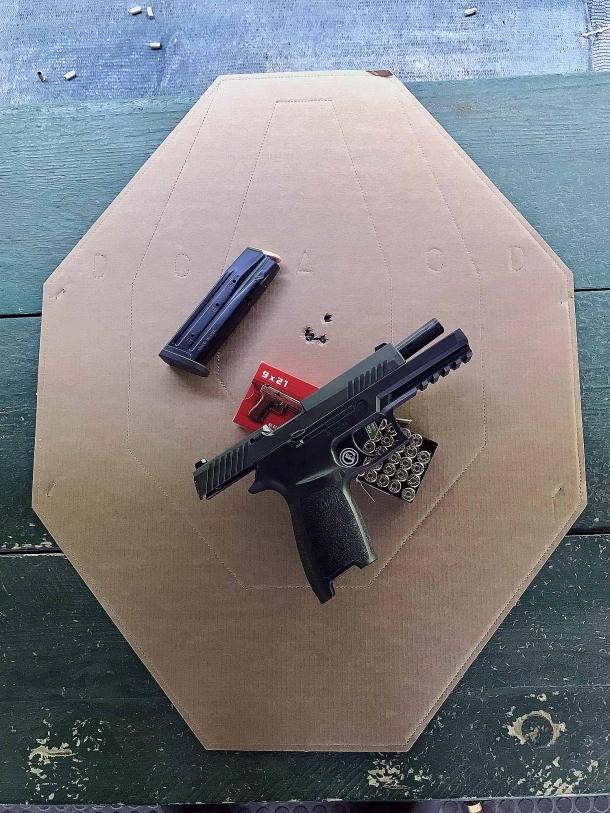rosata effettuata alla distanza di 12 metri. tiro mirato. la Sig Sauer P320 calibro 9mm è oltremodo precisa per essere un'arma da difesa