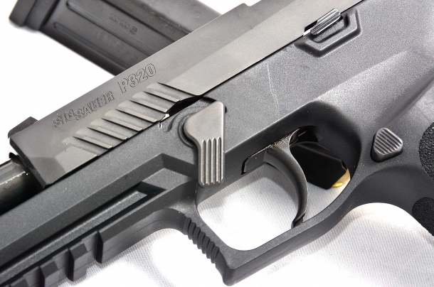 i comandi della Sig Sauer P320 calibro 9mm, sono facilmente raggiungibili e non intralciano durante il tiro. il grilletto del tipo alleggerito identifica i modelli che hanno beneficiato delle modifiche di sicurezza