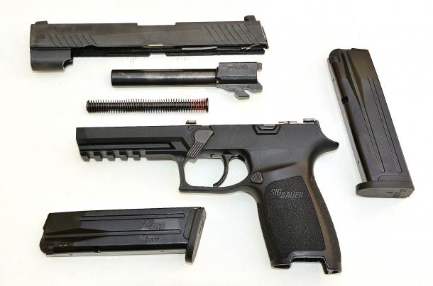 lo smontaggio ordinario della Sig Sauer P320 calibro 9mm