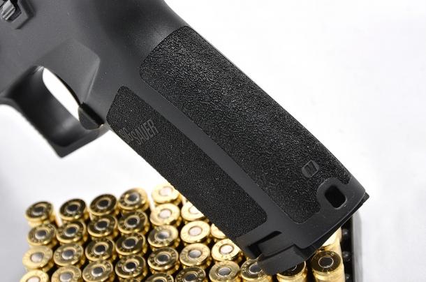 il grip della Sig Sauer P320 calibro 9mm è assicurato da una texture che avvolge quasi totalmente  l'impugnatura