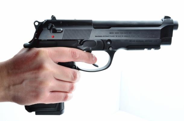 Beretta 98: con mani piccole, impugnarla saldamente diventa difficile