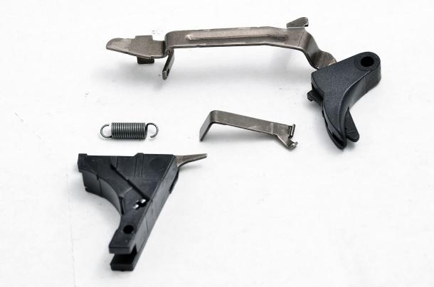 Il sistema striker della Glock è composto da un connettore che collega la leva di scatto all'elemento che permette sia la compressione finale della molla del percussore, sia il successivo sgancio dello stesso