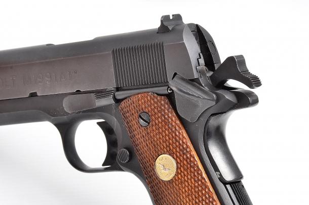 una pistola dotata di cane esterno, sola singola azione e sicura manuale, necessita di un addestramento supplementare a causa della manipolazione oggettivamente più complessa se paragonata a quella richiesta da una pistola tipo Glock