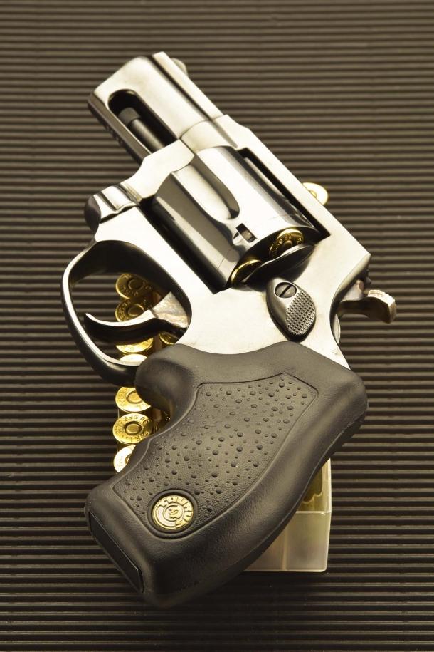 Il revolver Taurus 85 Defender viene fornito di un'impugnatura gommata