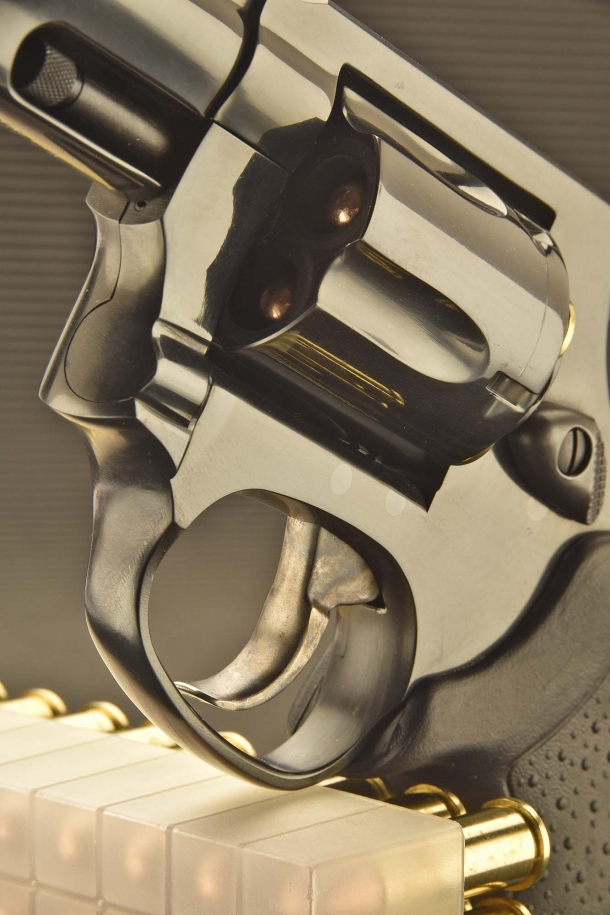 A view of the trigger: the revolver can be used in single or double action