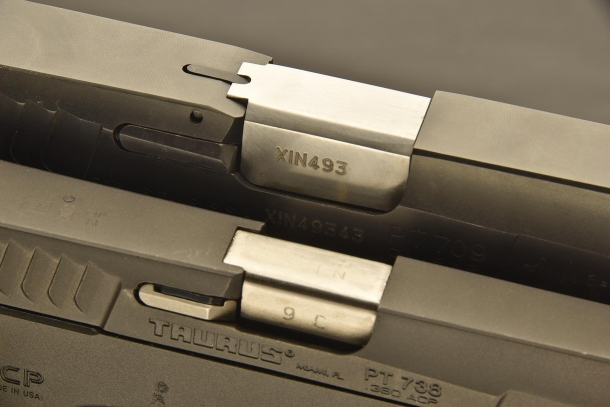 Le due finestre di espulsione. Il vincolo tra canna e carrello è realizzato dalla parte posteriore della canna, che impegna la finestra di espulsione ricavata sul carrello