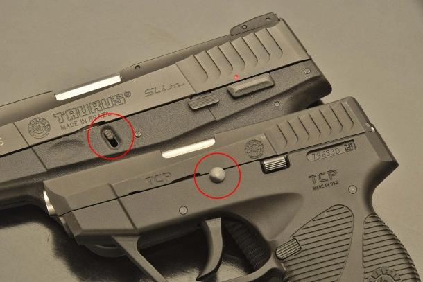 Da sinistra: per lo smontaggio da campo, nella Taurus PT709 il carrello si svincola tirando verso il basso le due levettine laterali (identico alla Glock); mentre nella PT738 si estrae manualmente un perno passante