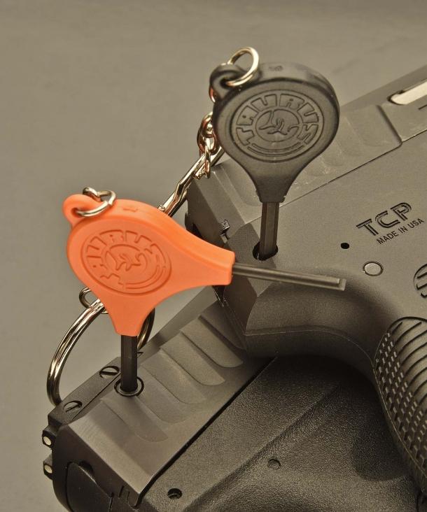 """Le due pistole sono dotate di Taurus Security System, una sicura manuale a chiave situata sul lato posteriore destro del carrello dell'arma. Negli Stati Uniti questo tipo di sicure sono soprannominate """"Hillary Hole"""" e definite """"Stupid Lock"""". Non servono altri commenti."""