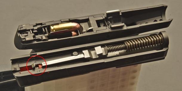 Taurus PT709: in basso, nella parte posteriore del carrello, si nota il dente della coda del percussore che, agganciato in doppia azione dalla catena di scatto del grilletto, va poi a percuotere l'innesco della cartuccia