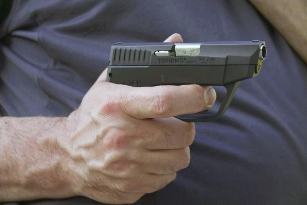 La piccola Taurus PT738 è fatta per essere portata in tasca, adottando sempre un'apposita fondina