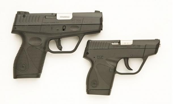 Vista laterale destra delle due pistole