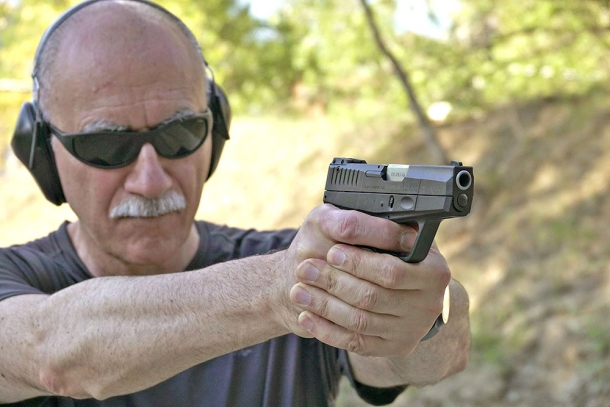 Con la Taurus PT709, nonostante le dimensioni contenute della pistola, l'impugnatura e il tiro a due mani sono ancora possibili