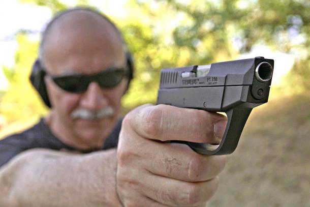 """Con la piccola Taurus PT738 il tiro a due mani è invece """"pericoloso"""": sotto stress, si rischia infatti che la mano debole possa finire davanti alla volata"""