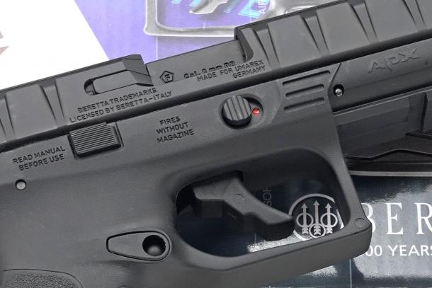 A differenza dell'originale, la replica UMAREX presenta una leva di sicura manuale posizionata sopra il grilletto sul lato destro del fusto