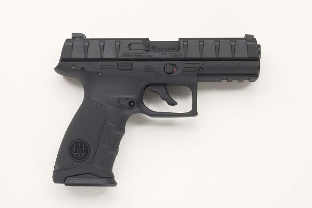 La replica UMAREX della Beretta APX, vista dal lato destro