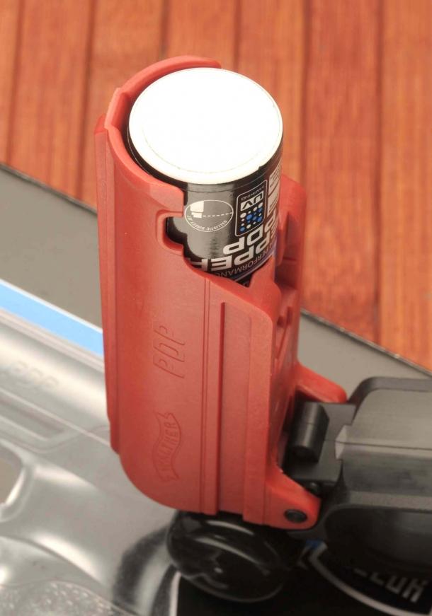Due piccoli slot sui lati consentono di controllare quale bomboletta è inserita in base al colore dell'etichetta: nero per lo spray al pepe, bianco per la bomboletta da addestramento