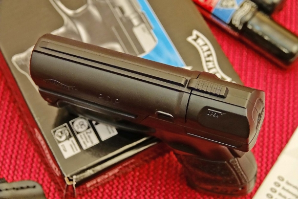 A sliding lever on top of the Walther PDP allows to break it open