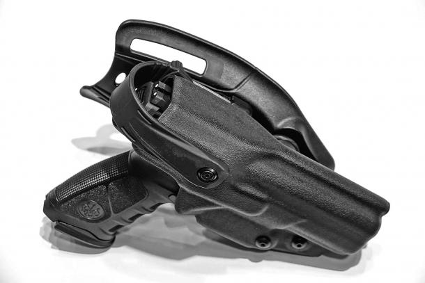 La Beretta APX con la fondina tattica dedicata realizzata da Radar 1957