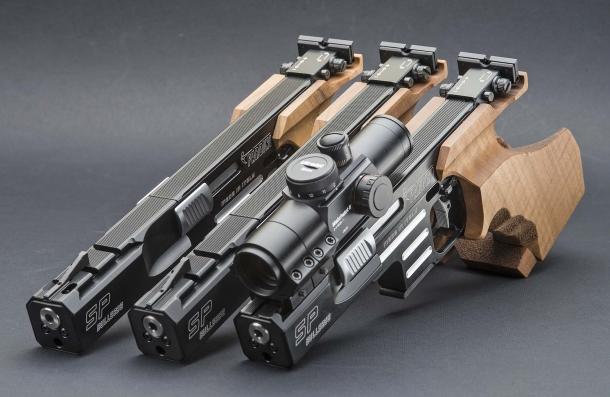Da destra, la pistola Pardini Bullseye con canna da 5 pollici con ottica montata, la Bullseye 6 pollici e la Bullseye 6 pollici C