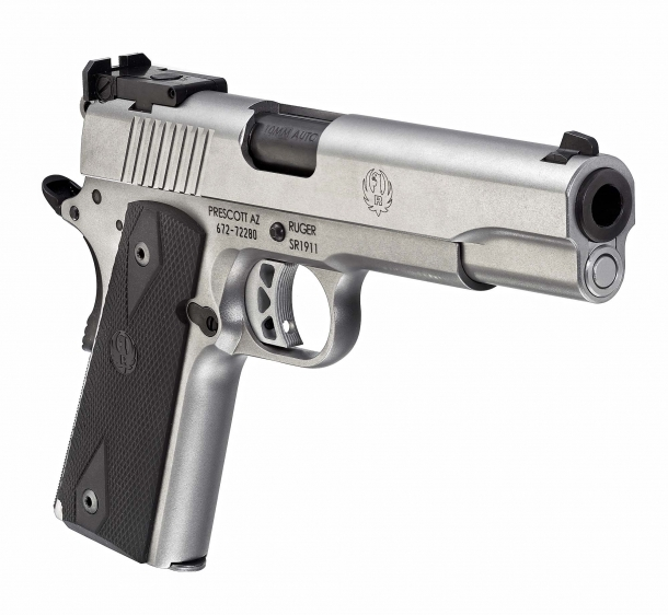 The 10mm Auto SR1911 features a flat mainspring housing and rear slide serrations for a positive grip